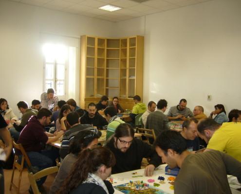 Sala de juego llena de gente disfrutando de partidas