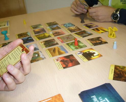 Primer plano de una partida al juego de mesa La Isla Prohibida