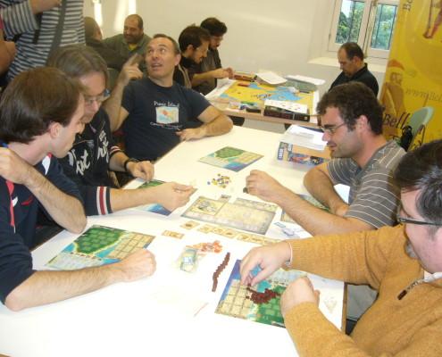 Partida a cinco jugadores al juego de mesa Puerto Rico