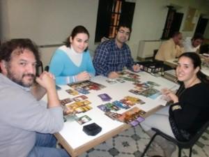 Varios jugadores disfrutando del juego de mesa 7 Wonders