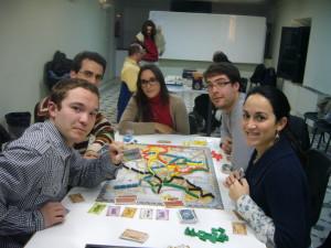 Cinco jugadores disfrutando del juego de mesa Aventureros al tren