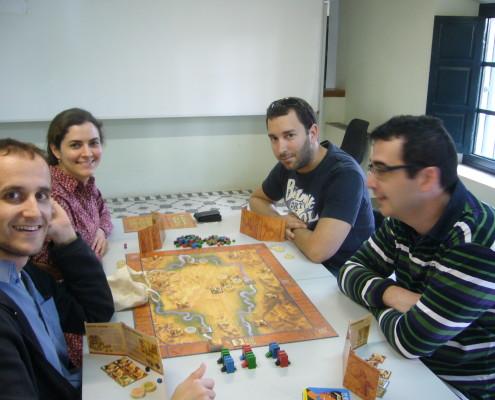 Cuatro personas disputando una partida al juego de mesa Tigris & Euphrates