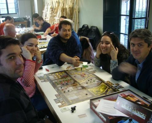 Haciendo ojitos rasgados en una partida alj juego de mesa Chinatown
