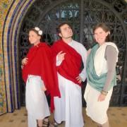 Varios de nuestros socios posando disfrazados de romanos.