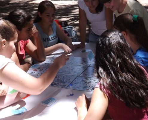 Varias personas disfrutando del juego de mesa Pictureka
