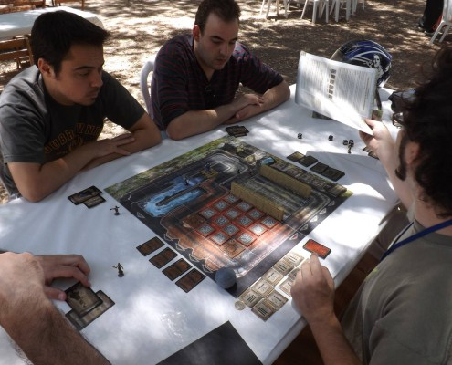 Varias personas probando el juego de mesa The Adventures