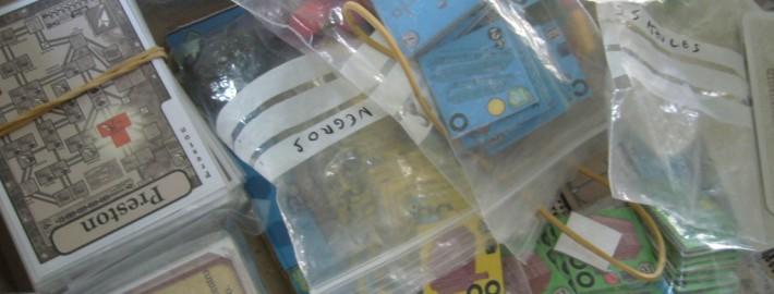 Varias bolsas con componentes de juegos de mesa