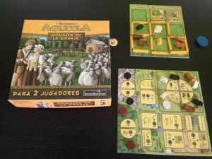 Tableros y componentes del juego de mesa Agrícola, animales en la granja