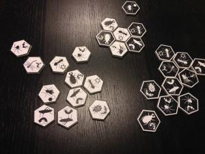 Las piezas del juego de mesa Hive, hechas con cartón pluma