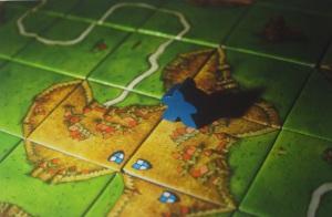 Un meeple azul controla una ciudad de Carcassonne.
