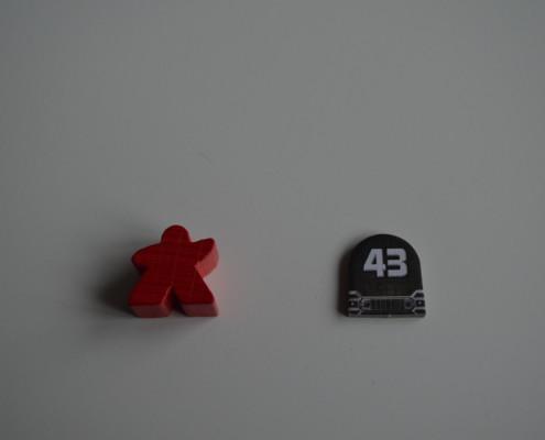 03 - Ficha de cartón. Por detrás el fondo es blanco y el 43 negro.